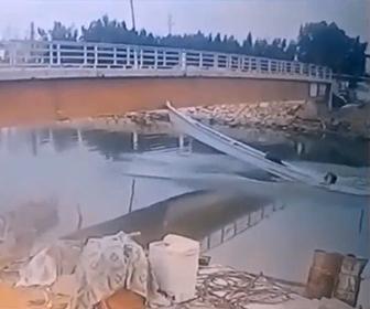 【動画】猛スピードで走るボートの先端が橋に激突してしまう衝撃映像
