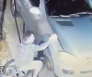 【動画】ボンネットが突然しまり男性が手を挟んで取れなくなってしまう衝撃映像