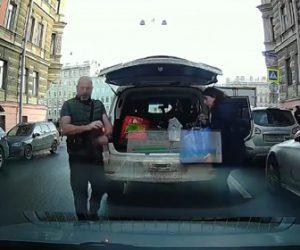 【動画】後ろの車からクラクションを鳴らされ怒った男が衝撃の行動に出る