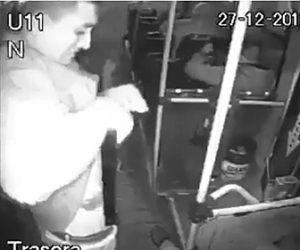 【動画】バス車内で強盗がズボンの中から巨大な銃を取り出そうとするが銃が暴発…