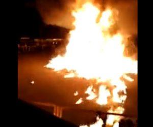 【動画】宗教祭で広場に積んだ大量の丸太に火を付けるが大爆発してしまい観客に飛んでくる衝撃映像