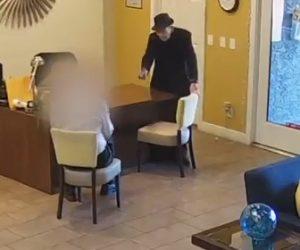 【動画】銃を持った93歳の男がアパートのマネージャーを銃で撃つ衝撃映像