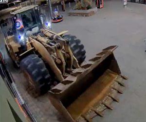 【動画】泥棒が重機(ホイールローダー)を使いATMを盗んでいく衝撃映像