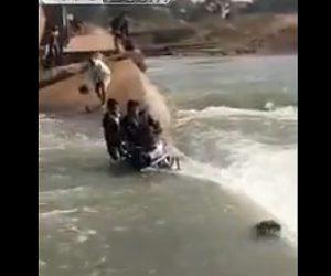【動画】川に崩落した橋をバイクで渡ろうとするが川に流れが強すぎ…