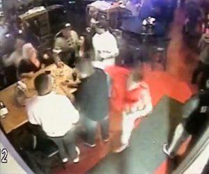 【動画】バーで言い争いになった男性が横にいた男に殴り倒される衝撃映像