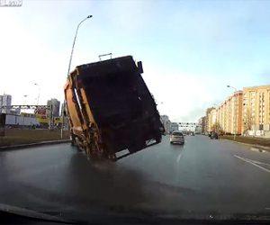 【動画】ゴミ収集車が交差点に猛スピードで突っ込み横転してしまう衝撃事故映像