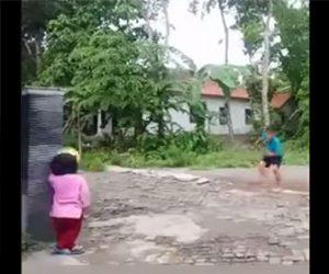 【動画】少年が蹴ったサッカーボールが女の子の顔面に直撃してしまう衝撃映像