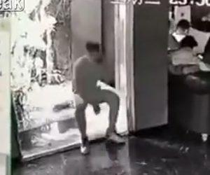 【動画】男性は電話をしながら座ろうとするが水槽に気付かず落下してしまう衝撃映像