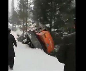 【動画】雪道で崖に落下した車をショベルカーで救出しようとするがショベルカーも落下してしまう衝撃映像