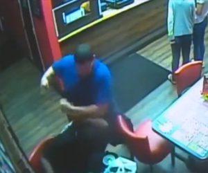 【動画】レストランで口論になり男が男性に殴りかかるが男性が銃を出し…