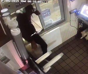【動画】男がファーストフード店に侵入、料理を作り寝てしまう衝撃映像