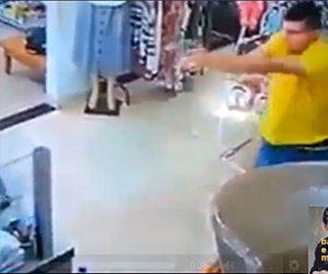 【動画】店に現れた武装強盗に客が銃を撃ちまくる衝撃映像