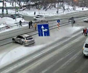 【動画】 交差点に信号無視の車が猛スピードで突っ込み車2台に接触する衝撃事故映像