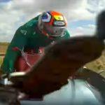 【動画】カーブで対向車線にはみ出した車が、時速110キロで走るバイクと正面衝突してしまう衝撃事故映像