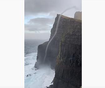 【動画】海の水が高さ470mの崖を登っていく衝撃映像