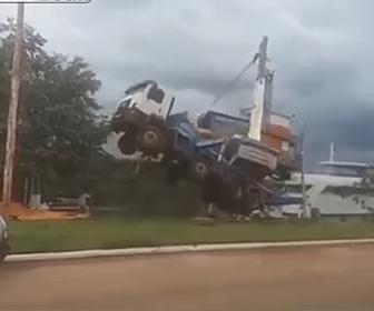 【動画】クレーン車がボートを釣り上げ運ぼうとするがクレーン車が倒れ…