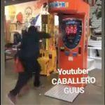 【動画】父親がパンチングマシーンに挑戦するが横にいた幼い息子が…
