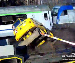 【動画】ショベルカーを運ぶ大型トラックが遮断機を破壊し踏切を渡ろうとするが…