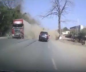 【動画】前の車を追い越そうとしたトラックが対向車線のトラックに激突し…