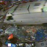 【動画】店に猛スピードのバンが突っ込み、客や店員がはね飛ばされる衝撃事故映像