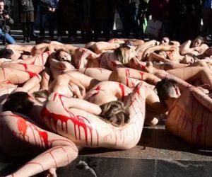 【動画】動物愛護団体が血まみれ裸姿で毛皮に抗議する衝撃映像