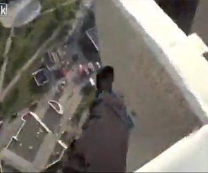 【動画】ビルの屋上でパルクールしている男性が電線に引っかかり…