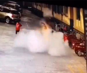 【動画】少年がマンホールに爆竹を入れ覗いた瞬間、大爆発し吹き飛ばされる衝撃映像