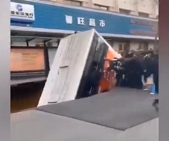 【動画】バスがバス停に到着し大勢が乗り込もうとするが、突然道路が陥没し…