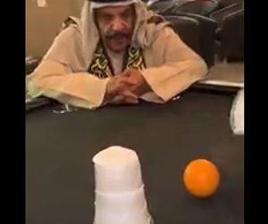 【動画】コップの中のオレンジが消える。簡単なマジックに騙されるおじさん