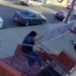 【動画】男性が物件入口の階段上から突き落とされ頭を強打してしまう衝撃映像