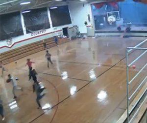 【動画】生徒達が大勢いる体育館が突風で破壊される衝撃映像