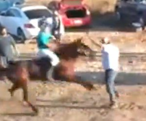 【動画】違法な競馬レースで当てて喜んだ男性が猛スピードの馬にはね飛ばされる衝撃映像