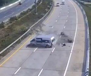 【動画】高速道路でバンがガードレールに激突しバンから乗客4人が放り出される衝撃映像