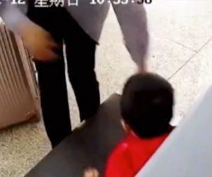 【動画】父親が3歳の息子を荷物と間違えX線荷物検査のベルトコンベアーに誤まって乗せてしまう衝撃映像