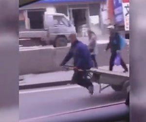 【動画】おじいさんが乗るリアカーが猛スピードで車を追い越す衝撃映像