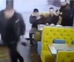 【動画】カフェでテーブルに座る男達が口論になり至近距離から銃を撃ちまくる衝撃映像