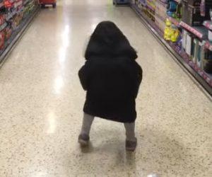 【動画】スーパーマーケットを歩く小さな子供の正体