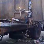 【動画】ゴミでいっぱいになったゴミ収集車の中から動く人間の足が…