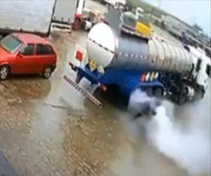 【動画】タンクローリーのタイヤが爆発しタイヤを交換しようとした作業員が吹き飛ばされる衝撃映像