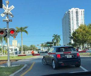 【動画】踏切で遮断機に挟まれた車がパニックになり衝撃の行動に出る