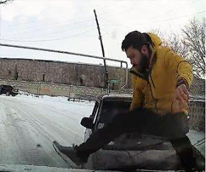【動画】タイヤにチェーンを付けている男性に車が突っ込んで来るが…