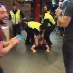 【動画】警察官にドリンクを投げつけた男がマクドナルドから引きずり出される衝撃映像