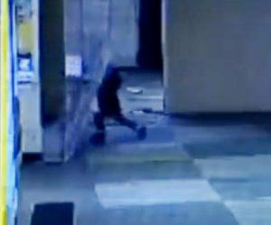 【動画】診療所で鉄の扉が倒れてしまい4歳の子供が下敷きになってしまう衝撃映像