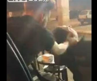 【動画】椅子に座り寝いている男性を車の中からビンタし走り去る衝撃映像