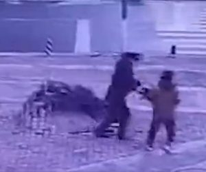【動画】子供がマンホールに爆竹を投げ下水道が爆発。子供が必死に逃げる衝撃映像