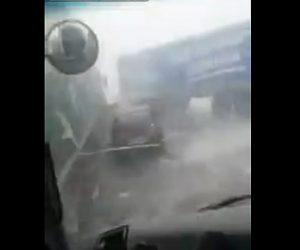 【動画】激しい吹雪で視界が悪く停車している車に次々と突っ込んでしまう衝撃事故映像