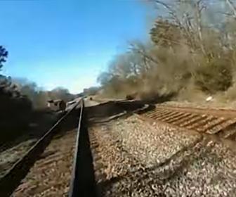 【動画】警察官が後ろから電車にはね飛ばされてしまう警察官ボディカメラ映像