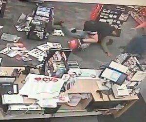 【動画】店員に襲いかかる男が学生(総合格闘技経験者)に押さえ込まれる衝撃映像
