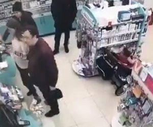 【動画】ベビーカーに座る子供を使い商品を盗みだす家族がヤバすぎる衝撃映像