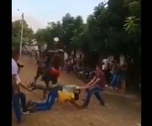 【動画】馬に飛び越えてもらおうと、男性2人が横になるが…